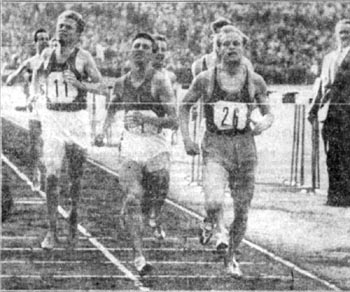 Tomás Barris breaking the Spanish 1,000 meters record in the Neckarstadion in the city of Stuttgart, neck and neck with the world record holder at the distance, the East German  S. Valentin (26) and the Czech Jungwirth (11) also a world record holder at 1,500 metros, on the 17th May 1958